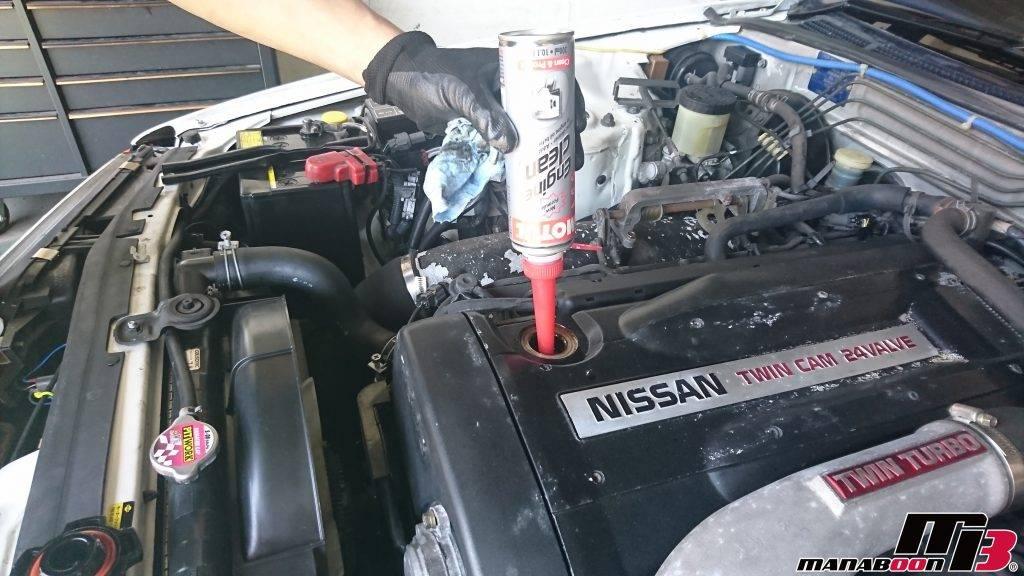 スカイラインGT-R(BNR32)エンジンオイル添加剤投入画像