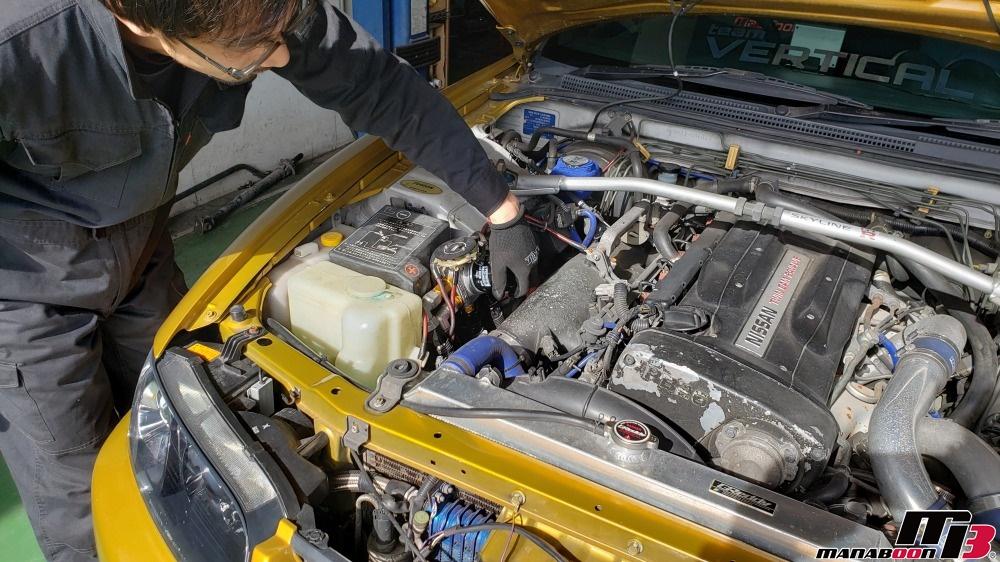 スカイラインGT-R(BCNR33)エンジンオイルの交換作業画像
