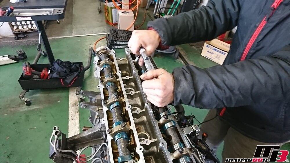 スカイラインGT-R(BNR32)RB26DETTヘッド組み付け作業の画像