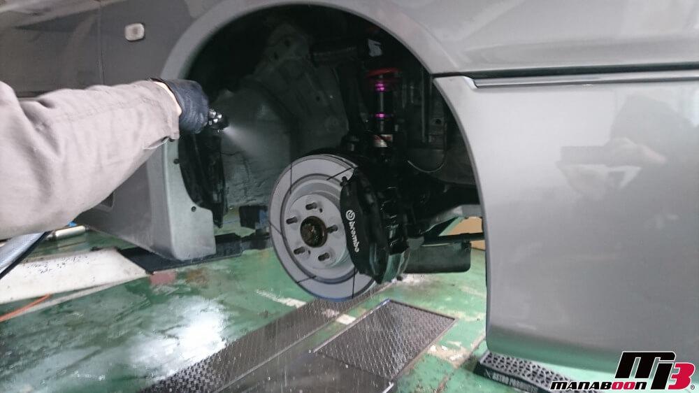 ステージア260RSオーテックバージョンの下廻り洗浄作業の画像