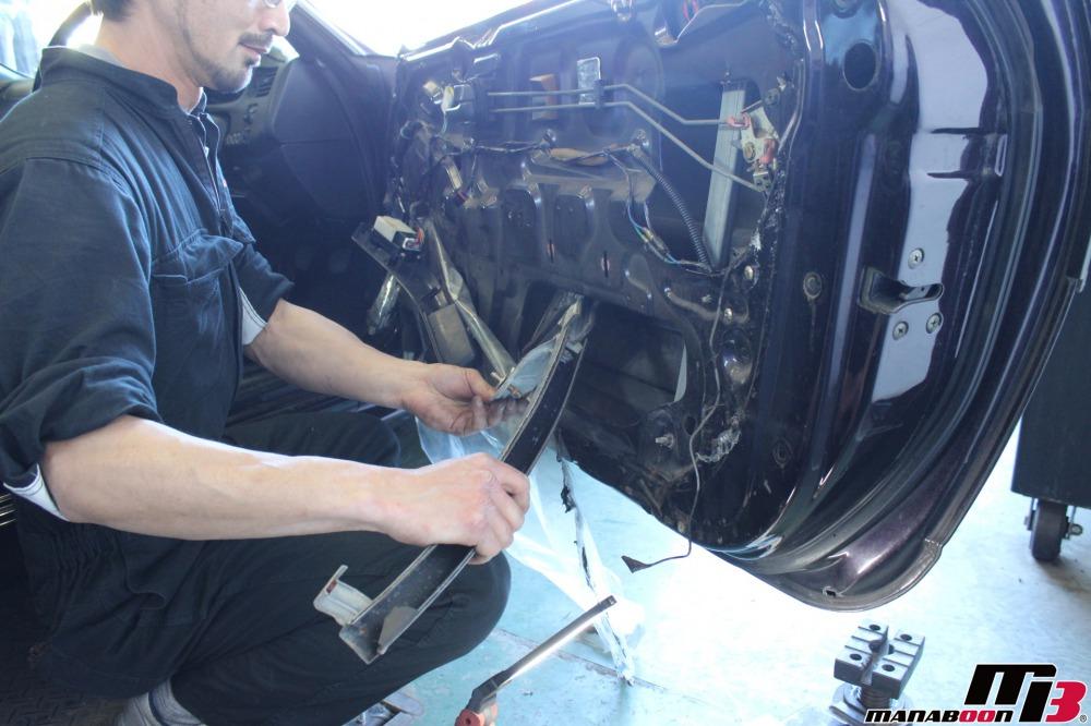 スカイラインGT-R(BCNR33)ガラスのガタつき修理作業の画像