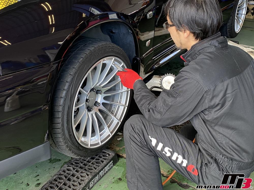 スカイラインGT-R(BCNR33)タイヤの空気圧チェック作業の画像
