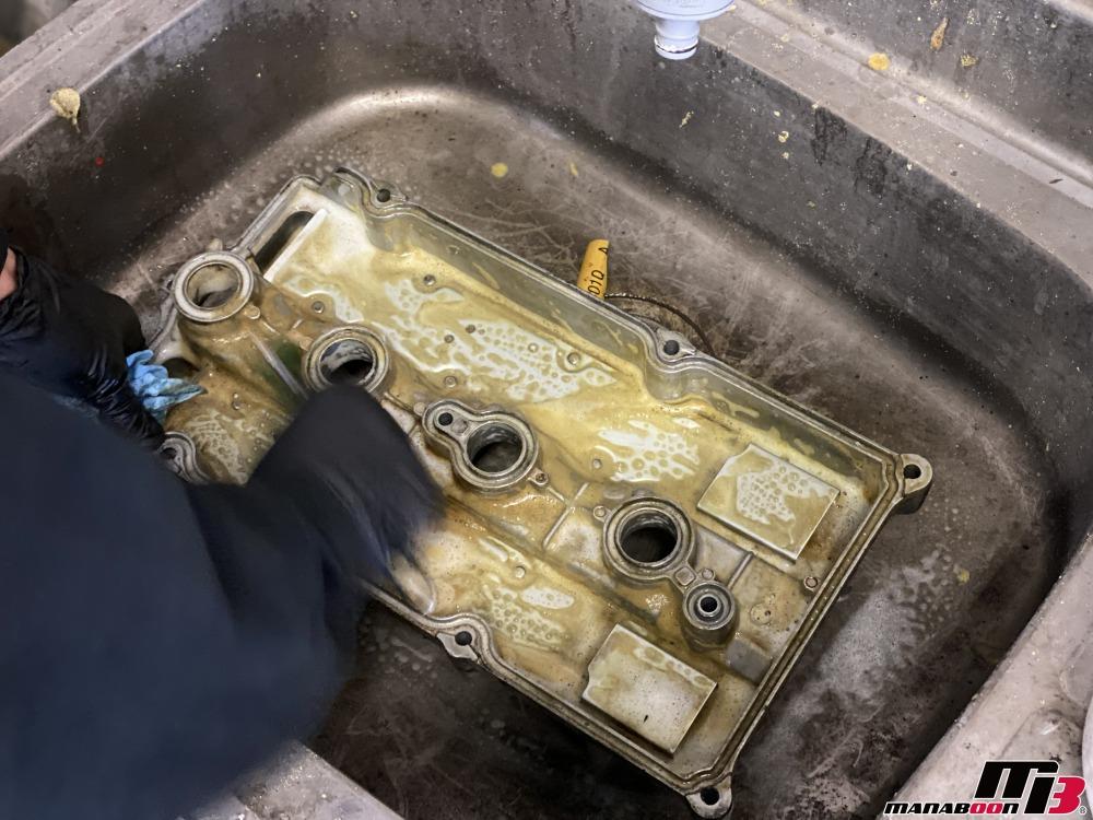 アルテッツァ(SXE10)タペットカバーの洗浄作業の画像