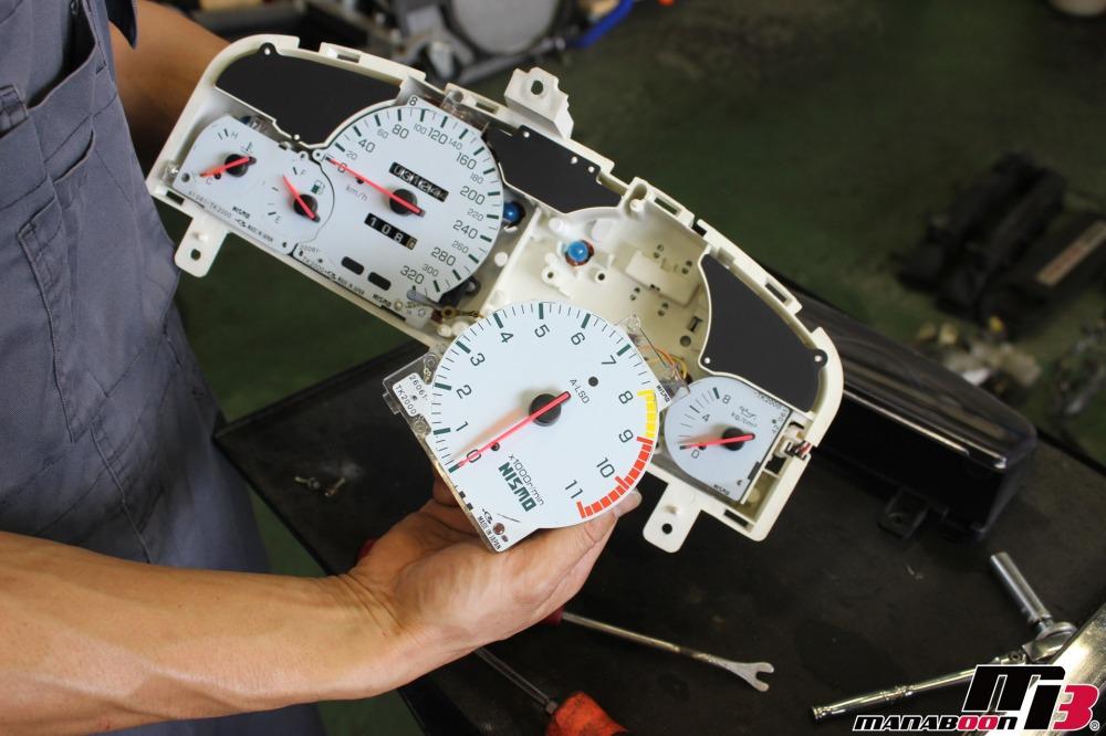 スカイラインGT-R(BCNR33)タコメーターの修理作業の画像