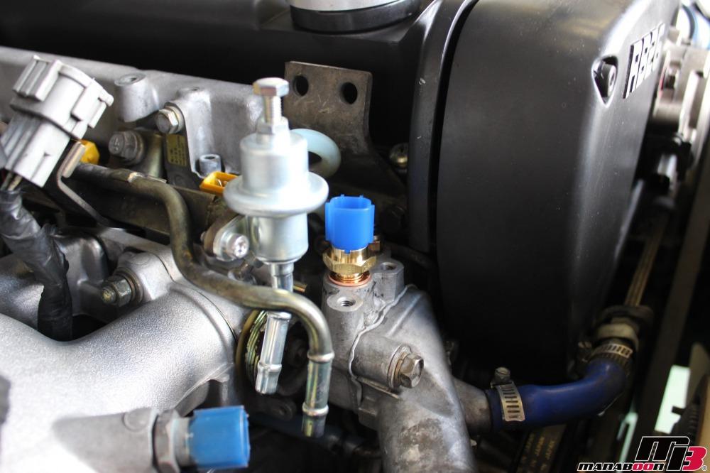 スカイラインGT-R(BCNR33)折れた水温センサーの摘出作業の画像