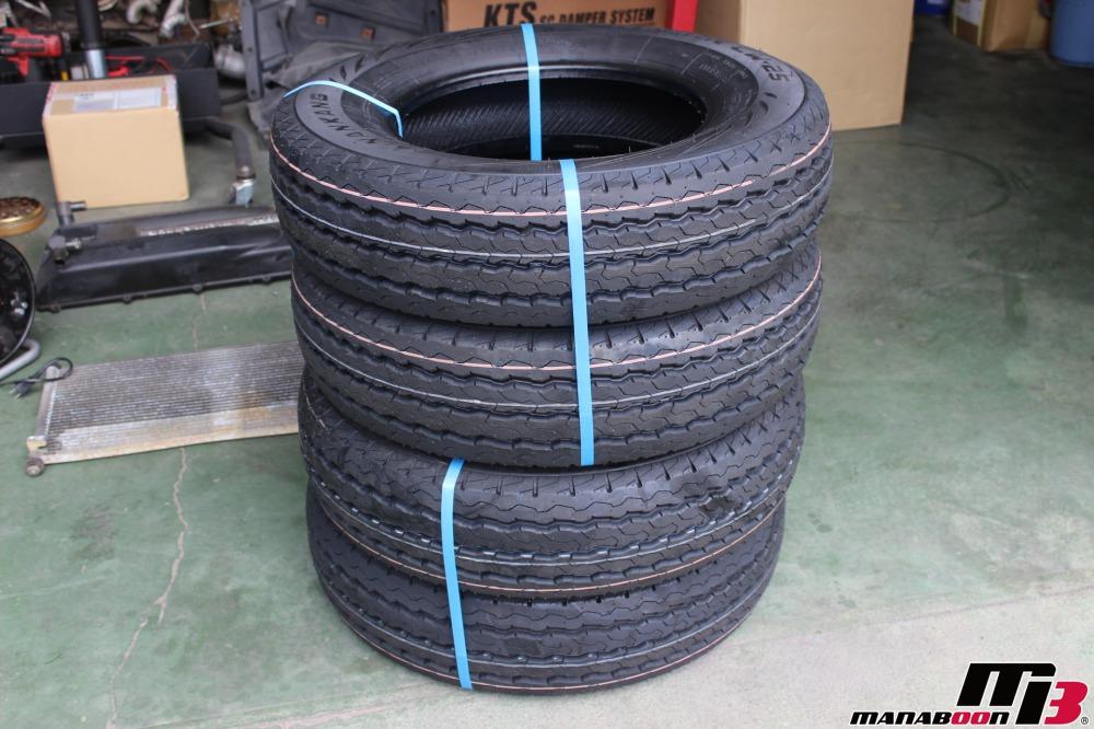 キャラバンのタイヤ交換作業の画像