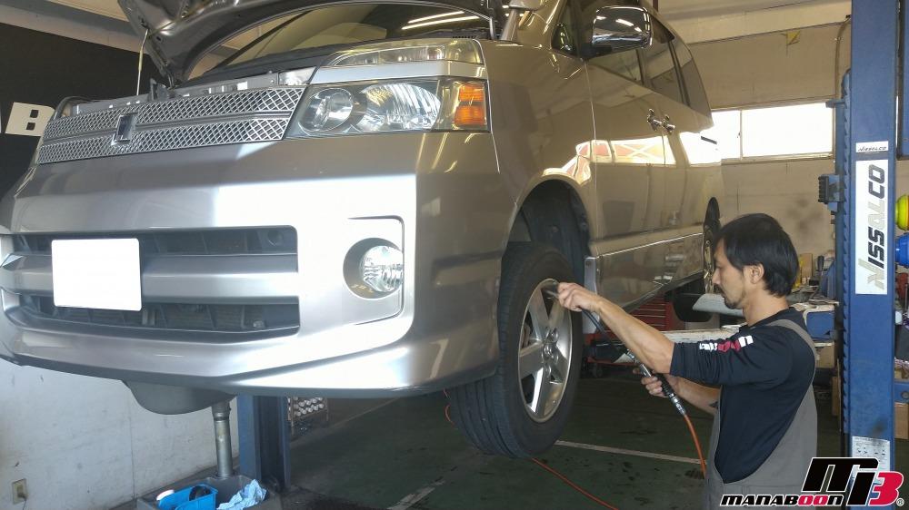 VOXYの車検の為の点検整備作業の画像