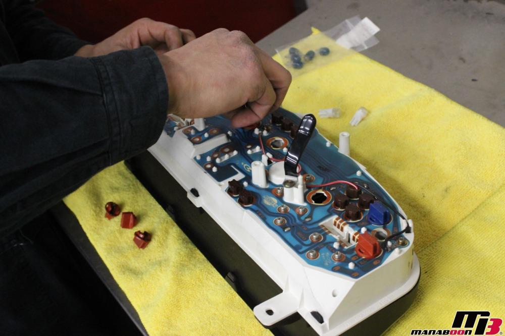 スカイラインGT-Rメーターイルミ交換作業の画像