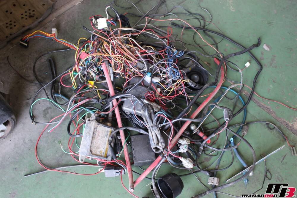 スカイライン25GTターボ不要配線撤去作業の画像