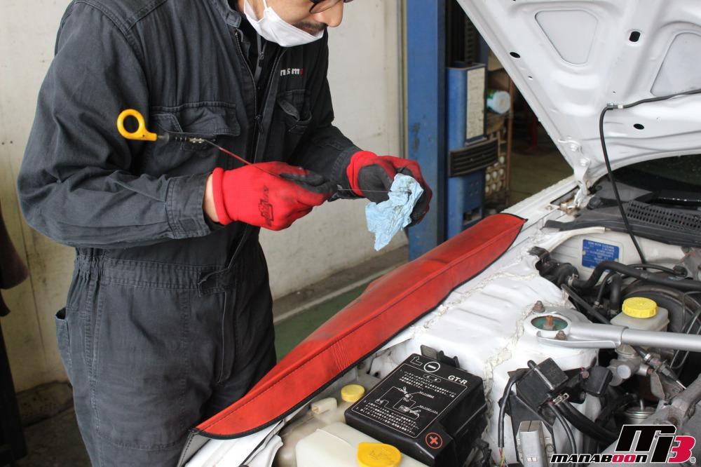 スポーツカー点検整備作業の画像