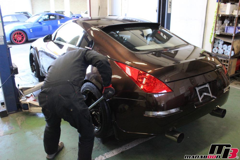 スポーツカー専門店の点検整備作業の画像