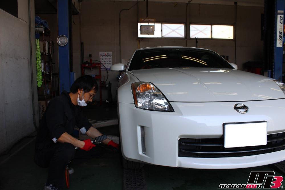 スポーツカーの点検整備作業の画像