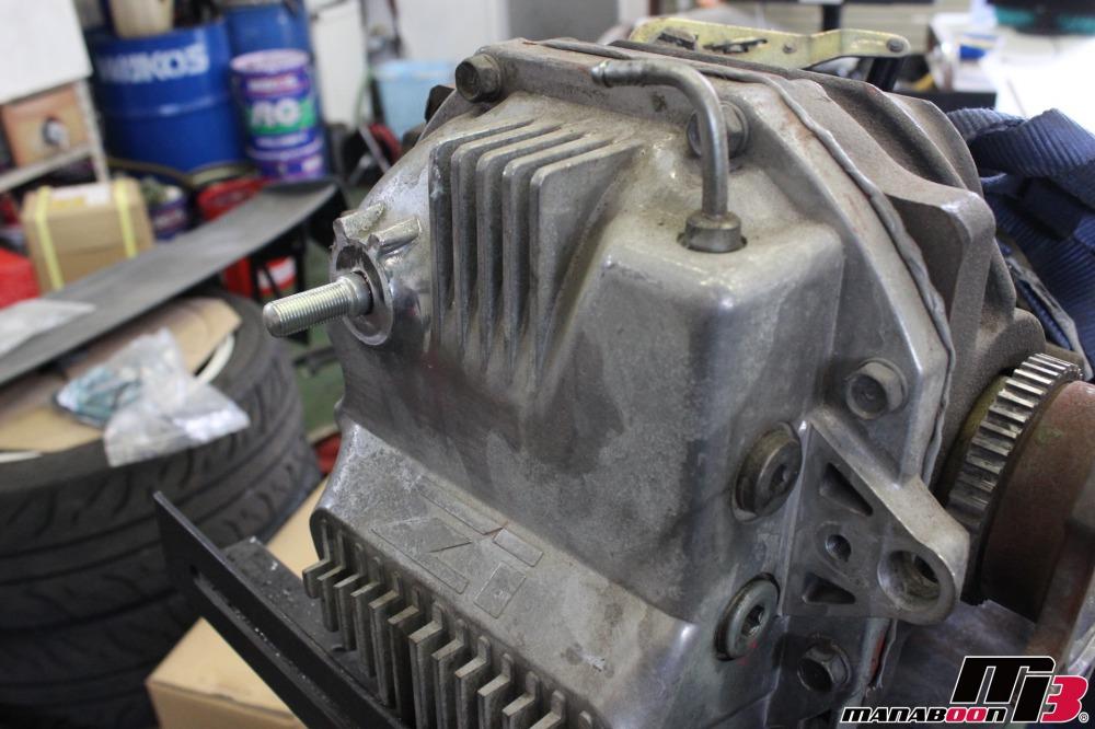 デフマウントのボルト交換作業の画像