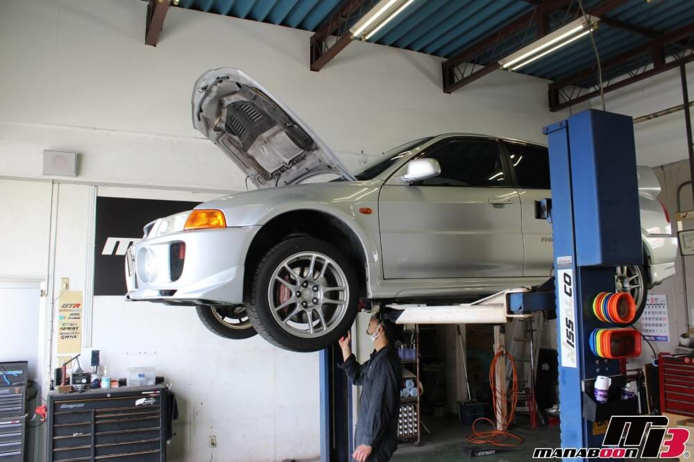 スポーツカー買取車両を販売に向けて準備中画像