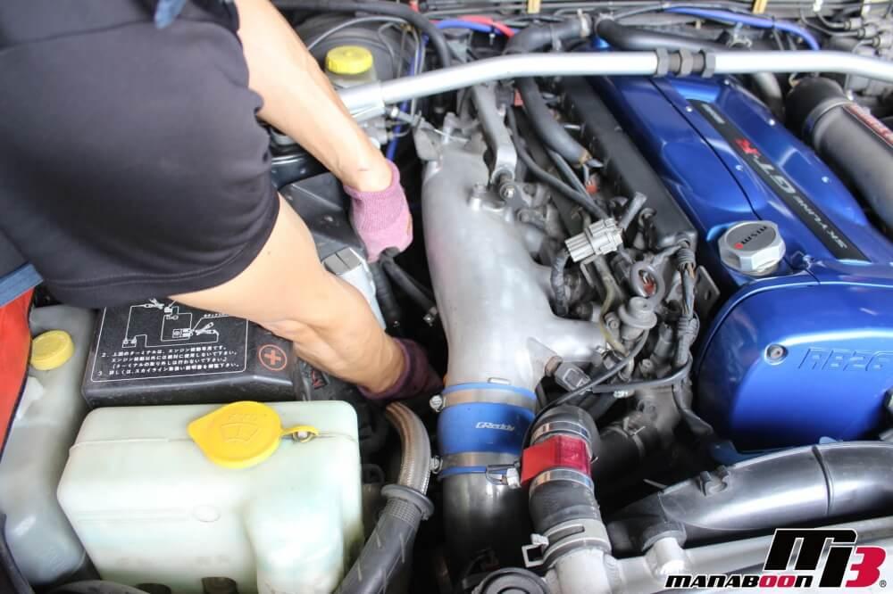 スポーツカーエンジンオイル交換作業画像